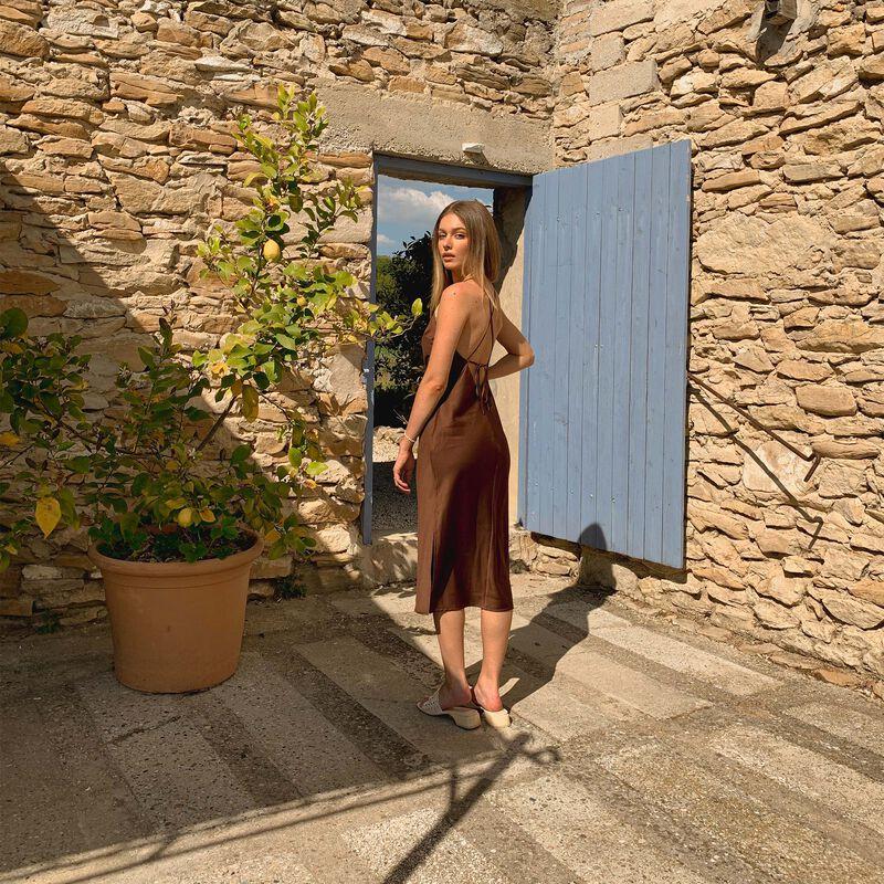 robe mi longue satin dos lacé - marron;